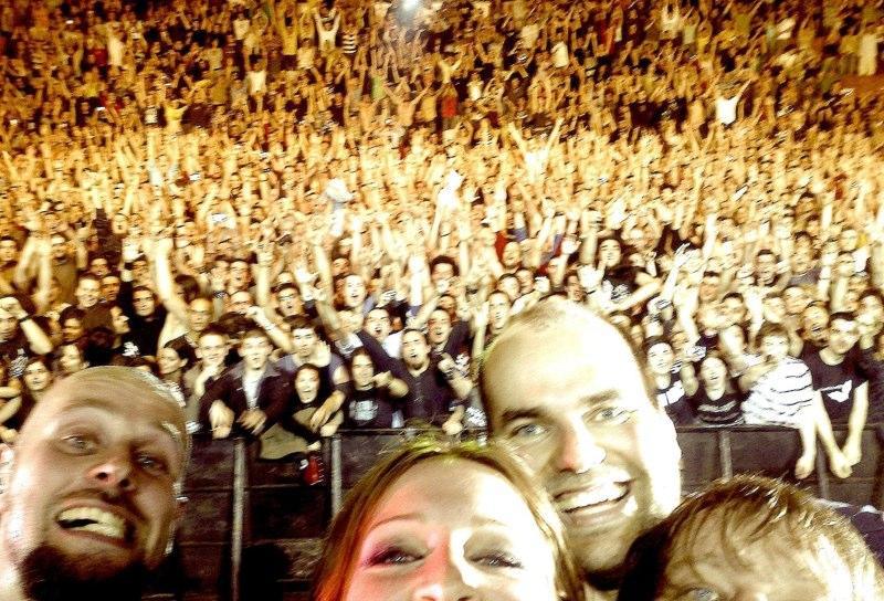 """Тази яка снимка, която групата си """"щракна"""" сама на финала на концерта им в София през 2009 е запечатила уникалния момент, когато залата щеше да се срути от емоции и споделена рок-н-рол енергия"""