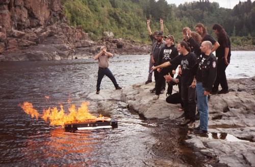 Snake и приятели отдават почит на Piggy, като са устроили викингско погребение на китарата му
